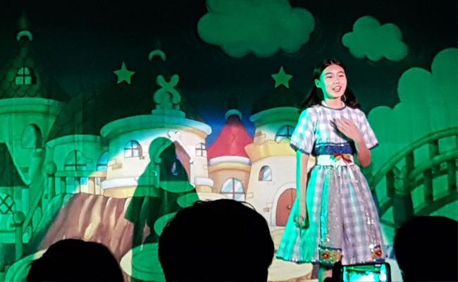 드림하이 프로젝트를 통해 뮤지컬에 참여한 아동이 뮤지컬 무대에서 노래를 하고 있는 모습
